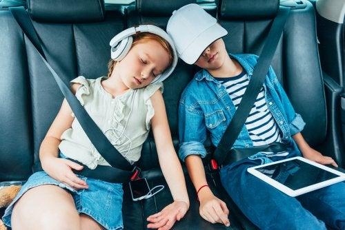 a volte, i bambini finiscono per addormentarsi, durante i lunghi viaggi