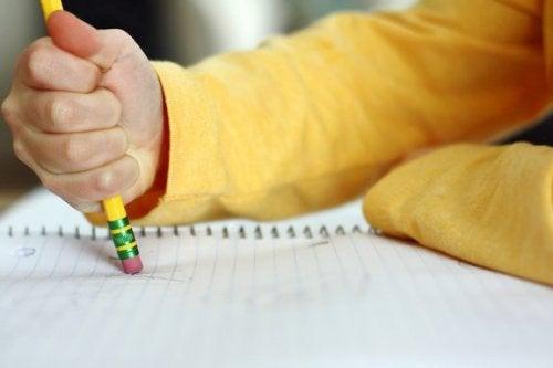 Mio figlio fa molti errori di ortografia: che cosa posso fare?