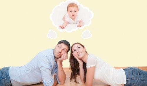 Uno degli errori da non fare prima della nascita del bambino è comprare tutti vestitini nuovi