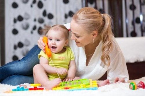 Come posso stimolare il bebè a iniziare a parlare?