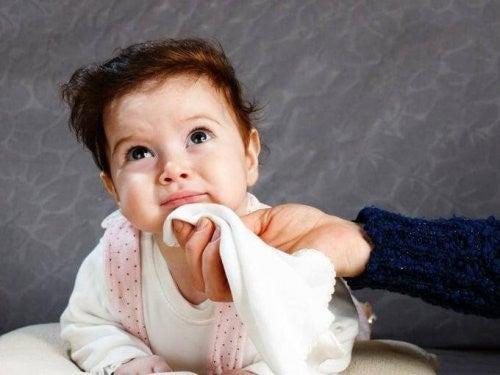Madre che pulisce la bocca della figlia