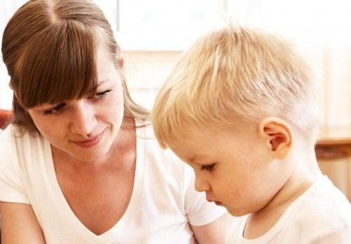 invece di urlare contro nostro figlio, proviamo a controllare il nostro tono di voce