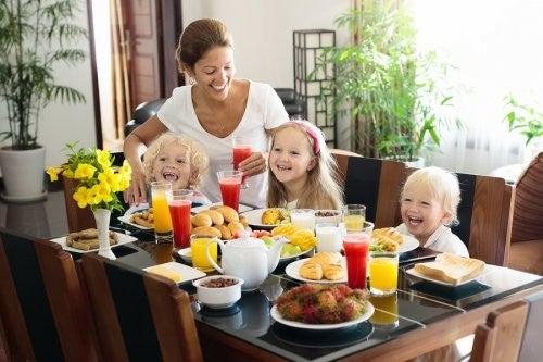 Mamma e figli fanno colazione