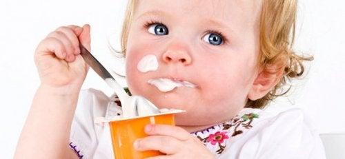 i bebè possono mangiare yogurt, facendo però attenzione a non turbare la loro dieta