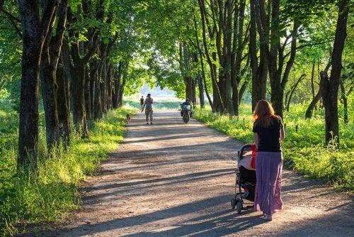 Camminare è uno degli esercizi da praticare con il vostro bambino