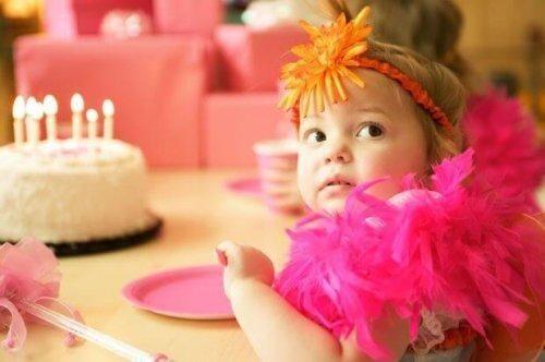 Bambina ad una festa di compleanno