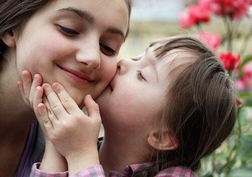 bambina down bacia madre sulla guancia
