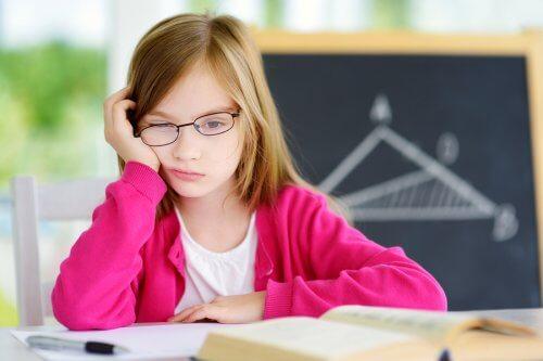 bambina stanca studia su scrivania