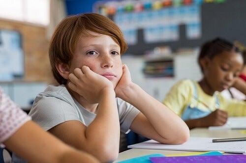 bambino seduto in classe distratto