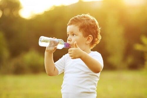 Quando insegnare al bambino a bere acqua dal bicchiere?