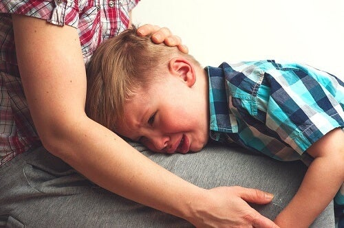 bimbo piange su gamba madre