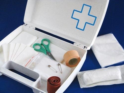 che cosa deve contenere la cassetta di pronto soccorso di casa?