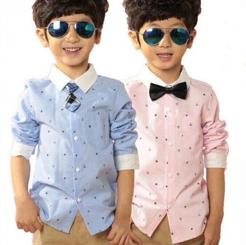 Bambino con camicia azzurra e rosa