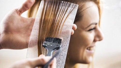 Donna che si tinge i capelli
