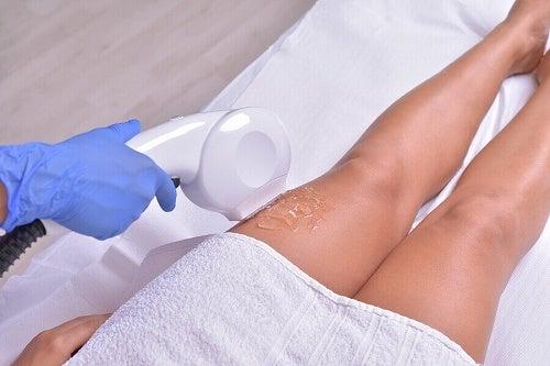 donna fa la depilazione laser con gelatina su coscia sinistra