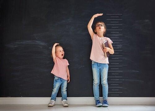 due bambine misurano l'altezza vicine