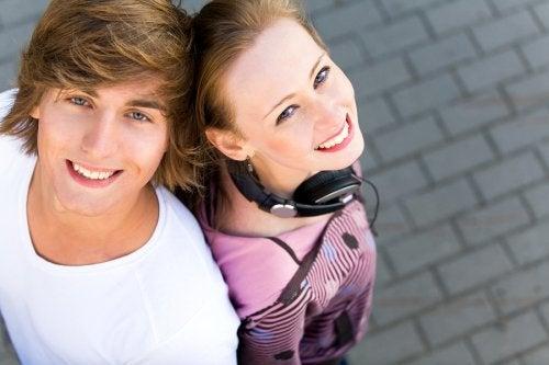 due giovani vicini di spalle sorridono in alto
