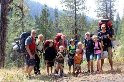 il trekking in famiglia consente di entrare in contatto con la natura e costruire ricordi indimenticabili