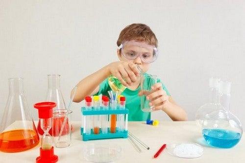 4 esperimenti per bambini per imparare la scienza