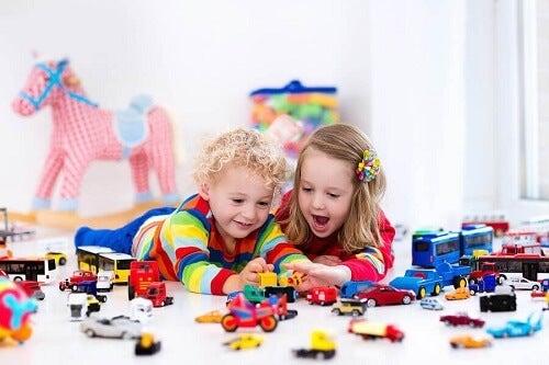 fratellino e sorellina giocano con le macchinette