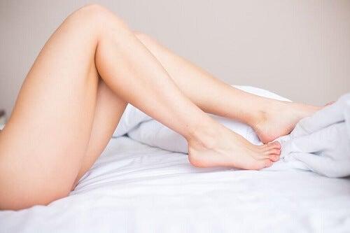 gambe nude di donna su letto
