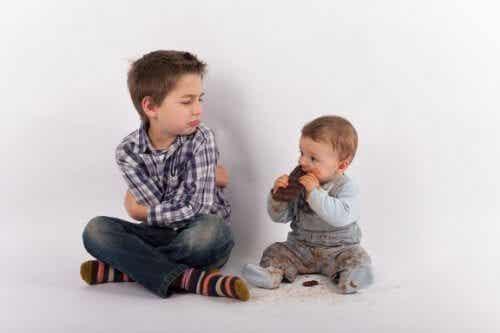 Come evitare la gelosia quando arriva un fratellino