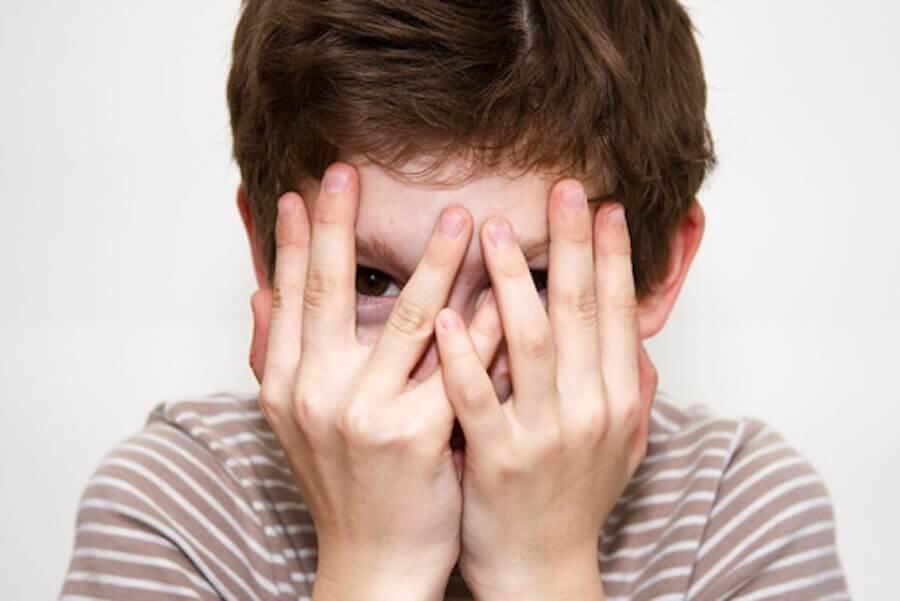 Bambino soffre di timidezza durante l'infanzia