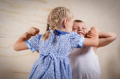 a volte, la gelosia può manifestarsi tramite comportamenti aggressivi