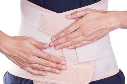 panciera donna con mani sopra