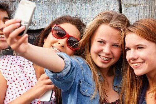 tre amiche scattano un selfie