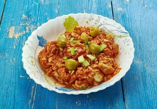 un piatto di riso con baccalà al curry