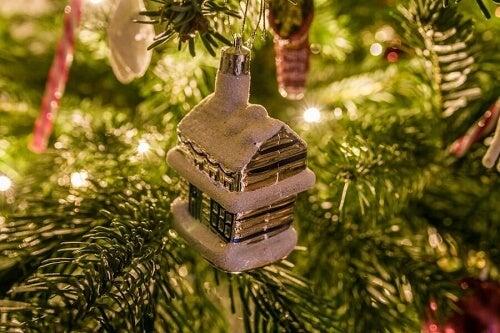 una addobbo per l'albero a forma di casetta