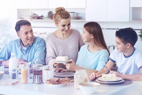una famiglia durante il pasto in cucina