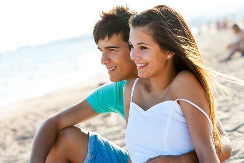 una giovane coppia sulla spiaggia