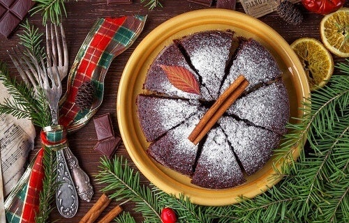 una torta di cioccolato su un tavolo natalizio