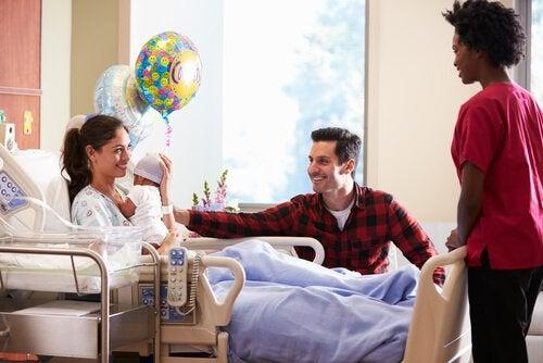 8 consigli per andare a fare visita al neonato in ospedale
