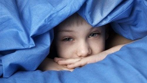 volto di bambino nascosto sotto lenzuola