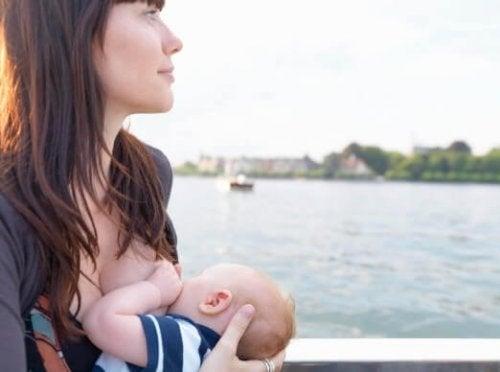 Allattare al seno e foto sui social: si o no?