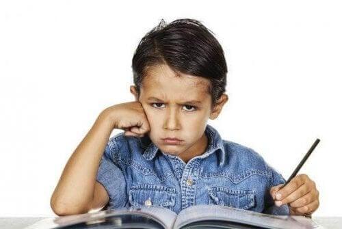 bambino arrabbiato non vuole continuare a studiare