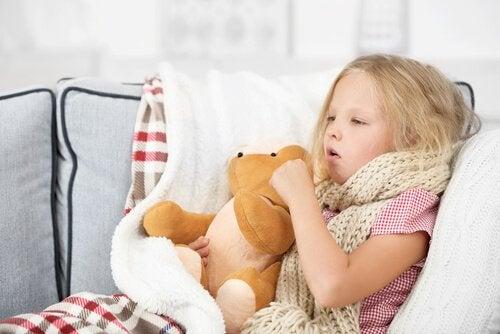 Bambina con tosse e respiro sibilante