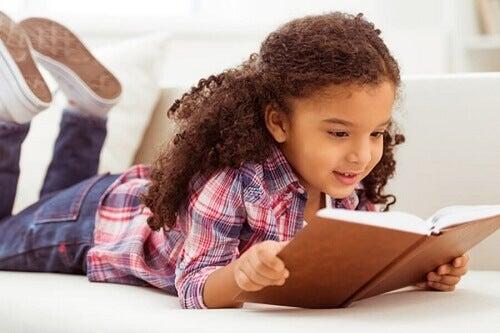 Bambine legge libro di favole