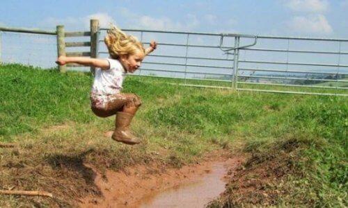 Bambina salta nella pozza