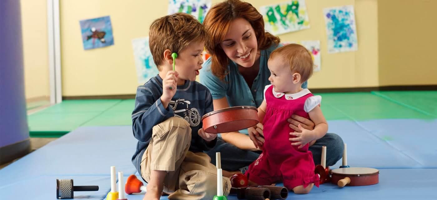 Bambini che imparano a suonare uno strumento musicale