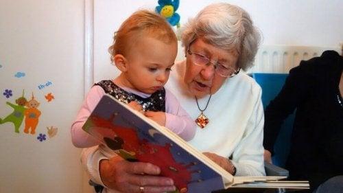 Nonna legge un racconto alla nipote