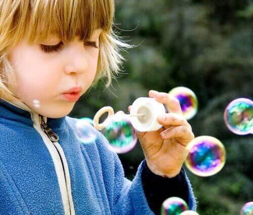 bambino con le bolle