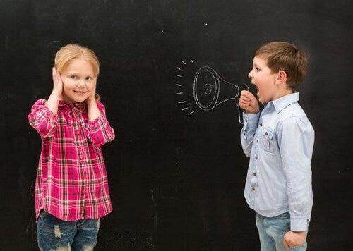Nostro figlio grida quando parla. Cosa fare?