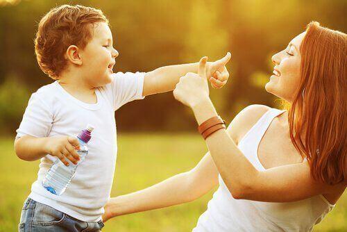 Bambino sano e felice con mamma