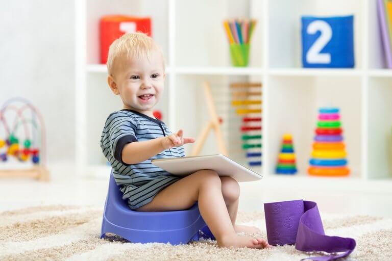 Bambino sul vasino