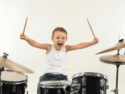 8 benefici di suonare la batteria per i bambini