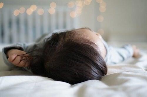 Che fare se il neonato cade dal letto?